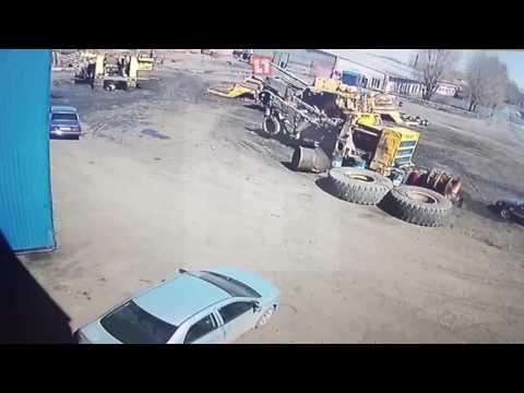 Колесо от БелАЗа упало на легковушку. Машина восстановлению не подлежит