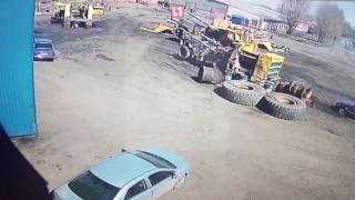 Перекаченное колесо от БелАЗа упало на Toyota Сorolla