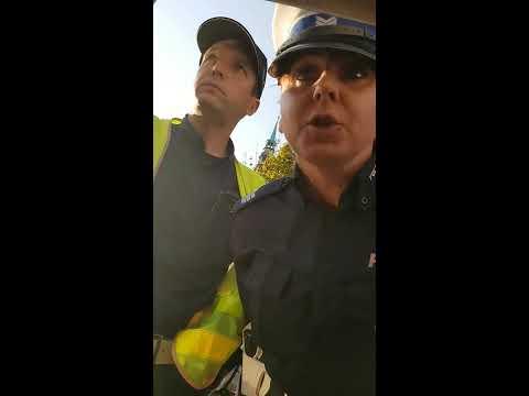 """Policjanci z Brzeska kontra """"nękany"""" typ z telefonem. Skończyło się cwaniakowanie"""