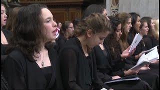 El coro de Oakcrest School canta ante el Papa