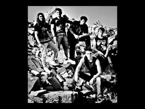 peniciline - Primera canción grabada en los estudios del túnel (Zaragoza) Componentes del grupo: Jandro: bajista Adri: cantante Diego: guitarrista Luis: guitarrista Samue...