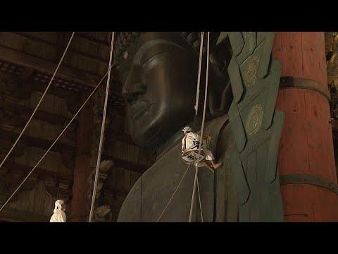 Καθαρίζοντας ένα θεόρατο άγαλμα του Βούδα