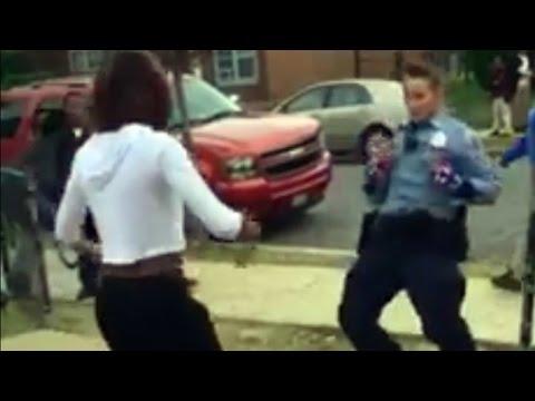 poliziotta calma una lite tra ragazzi e poi balla con loro!