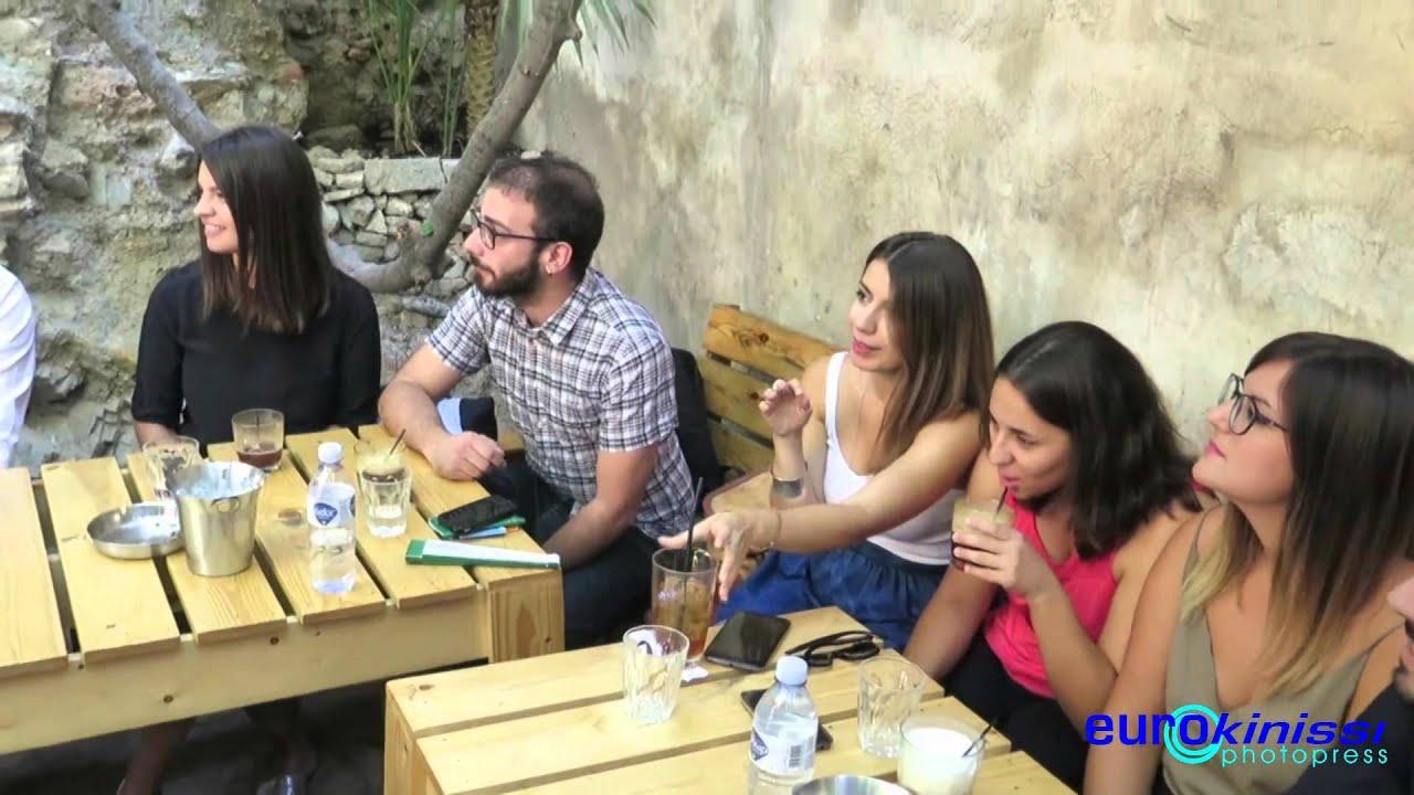 Συνάντηση Αλ. Τσίπρα με νέους σε υπαίθριο μπαρ στο Μοναστηράκι