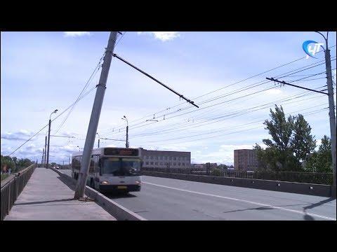 Новгородских автомобилистов беспокоит опора контактной сети троллейбусов на виадуке