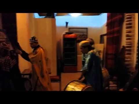 Maâlems of Essaouira: Maâlem Saïd Boulhimas playing T'bol accompanied by Qaraqibs
