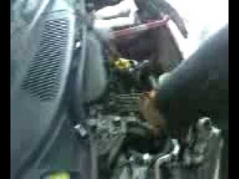 Due meccanici alle prese con un iniettore видео
