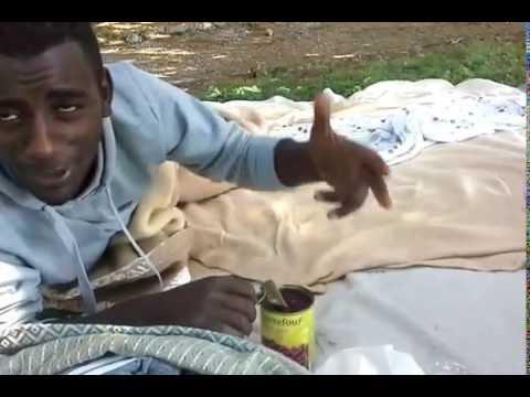 I profughi in stazione a Como: mangiano cibo in scatola