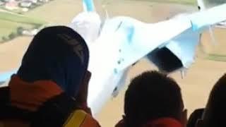 Podleciał myśliwcem do samolotu transportowego. Niesamowity widok z wnętrza