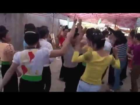 Các em gái dân tộc quẩy cực bốc trong quán karaoke