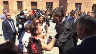 Saludos en Patio de Escuelas Mayores de la Univ. de Salamanca. Visita de Estado de Portugal
