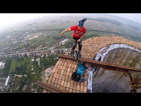 Экстремал из Румынии прокатился по краю 250-метровой трубы
