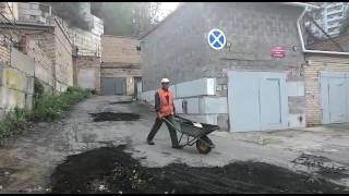 Во Владивостоке дорожные ямы «заасфальтировали» землёй с газона