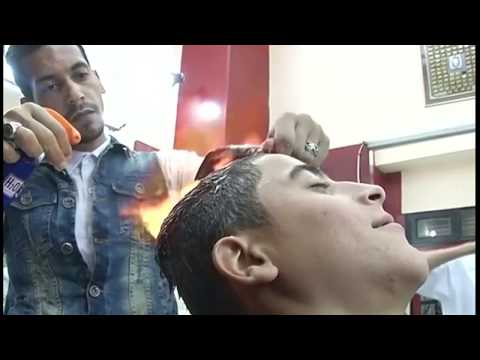Цей перукар робить укладку волосся... ВОГНЕМ