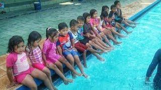Belajar Berenang Dengan Instruktur Pelatih Anak Anak Di Kolam Renang | Learn Swim kids in the pool