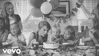 Nonton Taylor Swift - Never Grow Up Film Subtitle Indonesia Streaming Movie Download
