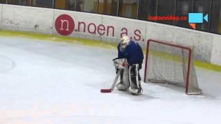 Ožral se jak jetel a stoupnul si do hokejové brány. Video dobývá svět
