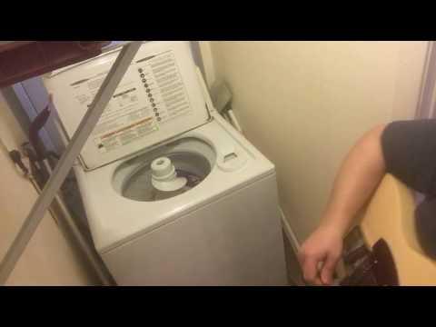 Mies soittaa kitaraa ja pesukone rummuttaa – AC/DC – Thunderstruck