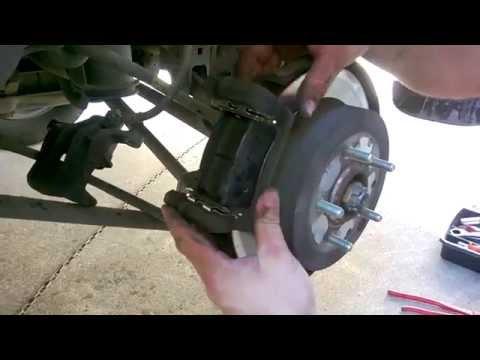 guida: come smontare e cambiare le pastiglie dei freni macchina Hyundai Tucson