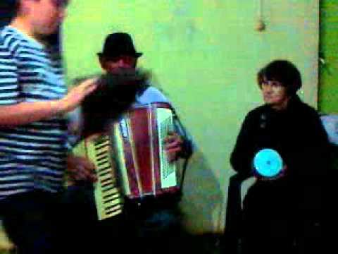 Lucindo Roberti tocando sanfona na casa de Domingos Viar em itaipulandia p.r. brasil