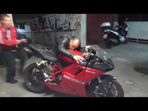 Elegancki Troll :) Koleś odbiera motocykl od znajomego z warsztatu