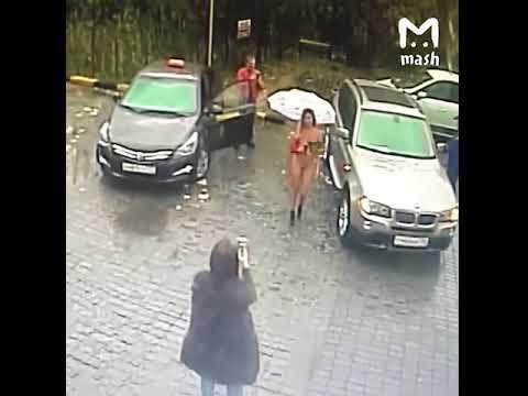 Молодая девушка приехала на автомойку без одежды