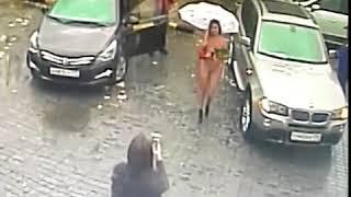 Голая девушка приехала на автомойку