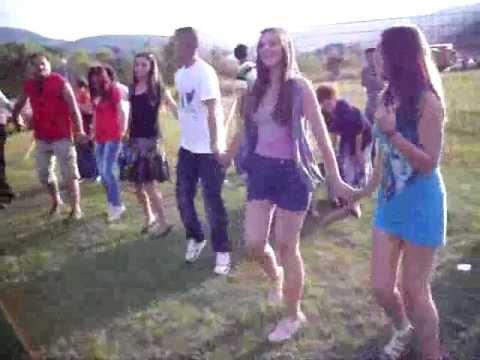 ustikolina - Kolo na Modranu pored Drine, na ulazu u Ustikolinu, povodom koride Modran, odrzane 18. Juna 2011. godine. Svira Ahmo Halilovic sa svojim skulama, a pomaze mu...