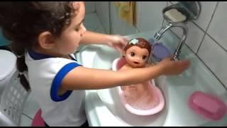 Mariana ensinando à dar banho na boneca mary