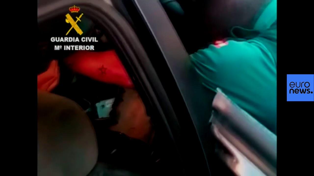 Σοκαριστικές εικόνες: Έκρυψαν μετανάστες σε ταμπλό και μηχανές αυτοκινητού – Ισπανία