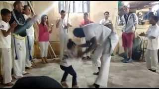 Com apenas 2 aninhos a pequena Ninah dominando na capoeira com o papai Nil! Minha futura mestre Ninah! Ou seria...