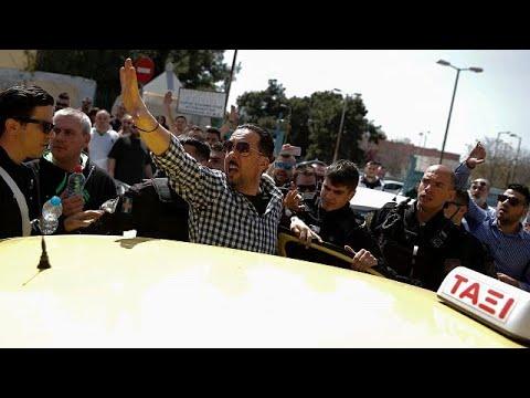 UberX: Πορεία και εντάσεις μετά την απόφαση για «λουκέτο»