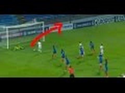 ¡Imposible de creer!: Se encuentra sola frente al arco y falla el gol de la manera más increíble