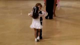 Parkiet był pełen rywalizujących par – kiedy nagle wkroczyli najmłodsi tancerze i skradli całe show!