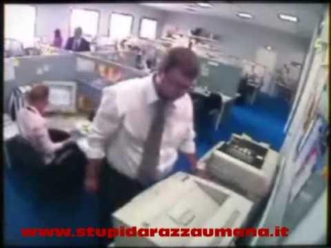Strippo in ufficio, se la prende con computer e fotocopiatrice