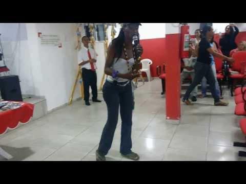 Travesti entra na igreja pede pra canta e solta a voz