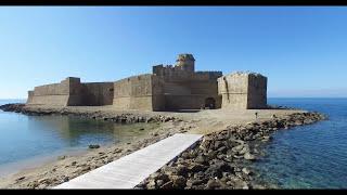 Le Castella è una frazione di Isola di Capo Rizzuto, dai residenti chiamata I Casteddi, in provincia di Crotone. È situata sulla costa ionica della Calabria, a 10 km ...