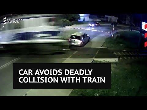 Οδηγός γλίτωσε στο... παρά τσακ σφοδρή σύγκρουση με τρένο