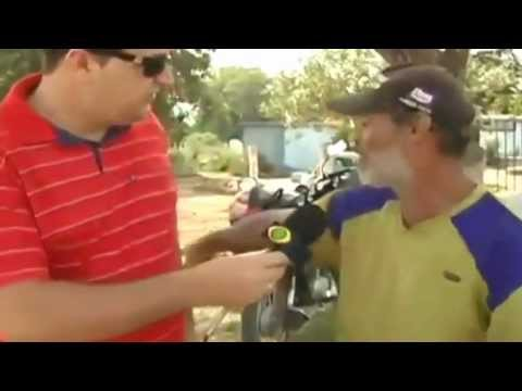 video que muestra a un reportero entrevistando a un mudo