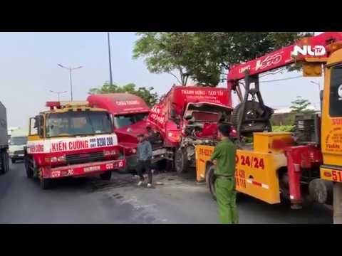 Xe tải bị kẹp nát bét giữa 2 xe container, 3 người bị thương | NLĐTV - Thời lượng: 62 giây.