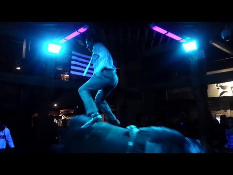 西裝男坐上酒吧的「騎牛機」時觀眾都以為他會很快就被甩下來,但下一秒他的「神技」就讓全場不斷瘋狂尖叫了!