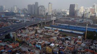 La pobreza de la favela más antigua de Buenos Aires contrasta con sus vecinos, los exclusivos barrios de la capital. La alcaldía de la ciudad ha emprendido un proyecto de urbanización que busca implementar servicios para hacer de la villa un barrio.