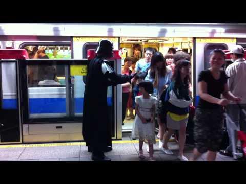 台北捷運站裡也出現了黑武士!他的超強魔力讓捷運順利到站!