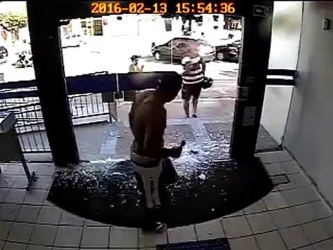 Homem tem ataque de fúria e quebra porta de banco, em Mamanguape