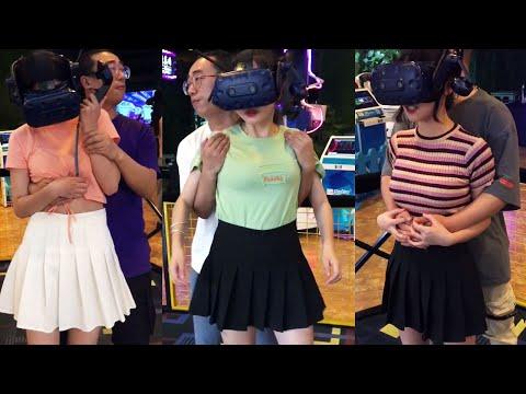無知美女體驗VR遊戲,被服務員吃豆腐。