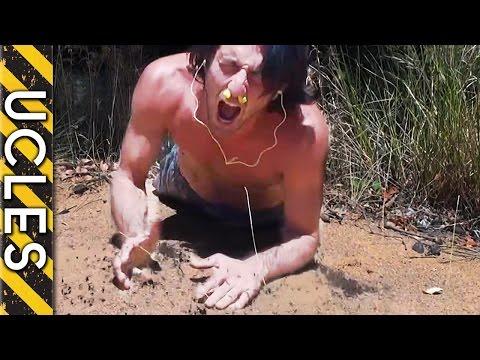 這男生站在巨大螞蟻窩前面想要挑戰自己可以被多少螞蟻咬...