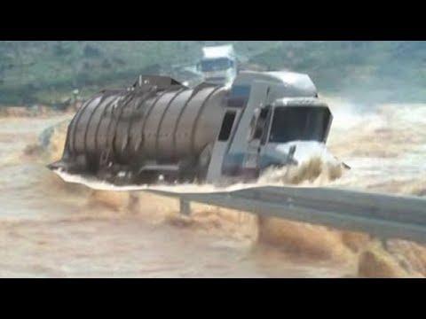 Motorista Pula de Caminhão ao Tentar atravessar Enchente!! [Hd]