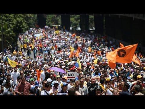 Στους δρόμους παραμένουν οι πολίτες της Βενεζουέλας