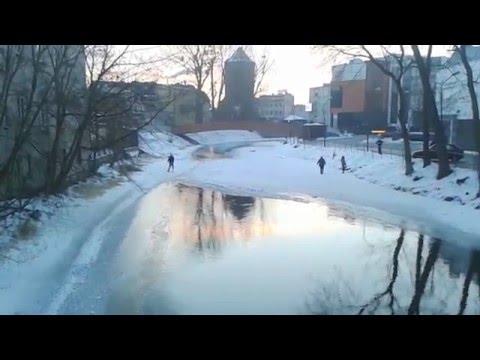 Hän päättää oikaista yli joen jään