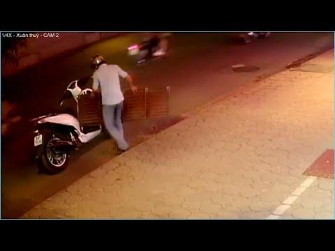 Soái ca áo trắng đi Sh trộm cầu lên xuống xe vào nhà